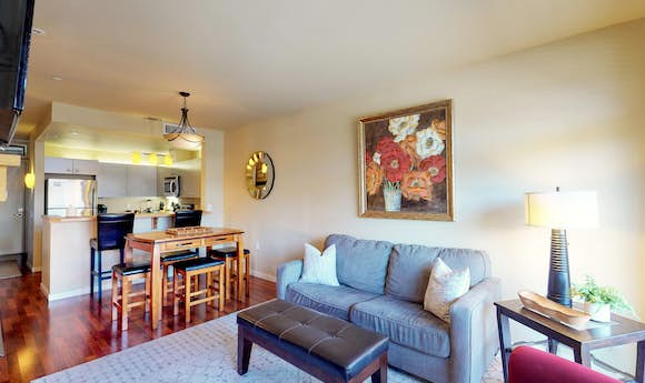 Chelan Resort Suites: Lakeside Holiday Suite #205