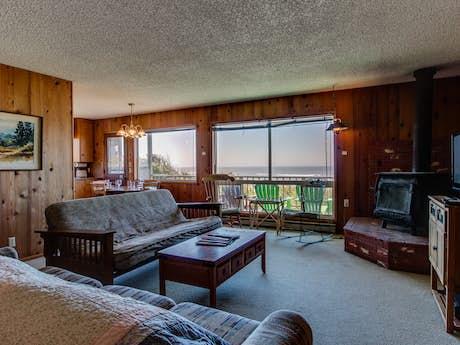 Fantastic Cape Cod Cottages Waldport Or Vacation Rentals Vacasa Home Interior And Landscaping Transignezvosmurscom
