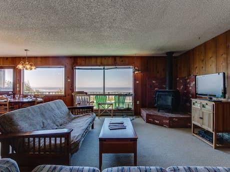 Brilliant Cape Cod Cottages Waldport Or Vacation Rentals Vacasa Home Interior And Landscaping Transignezvosmurscom